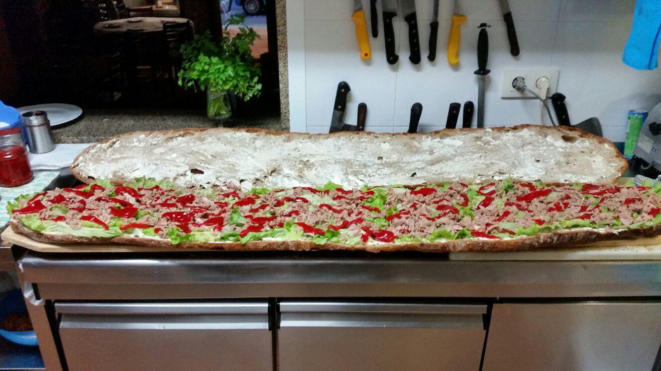 Pinchos gratis de esta barra de pan gigante en Mesón Orensano