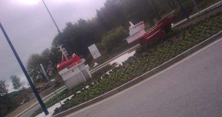 Rotonda con un barco en el Pau de Navia