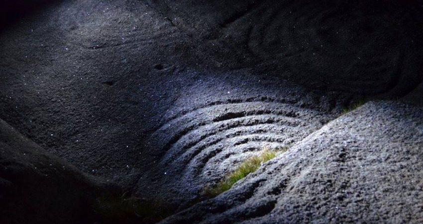 Vuelven las visitas nocturnas a los petroglifos de Oia todo el mes de agosto